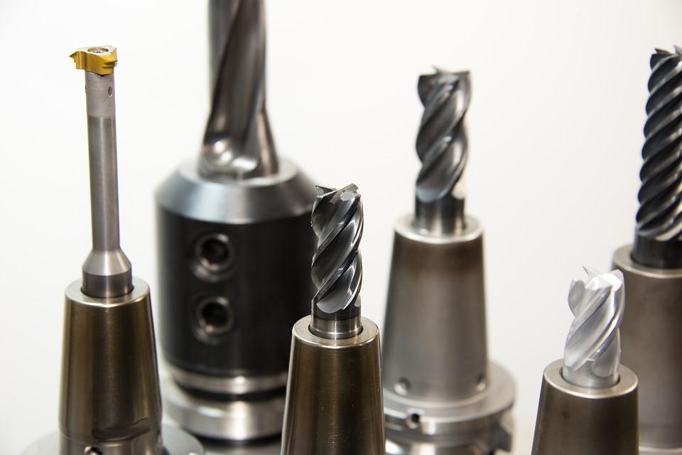 Stavitelný výstružník pro finální operace zhotovení přesných otvorů